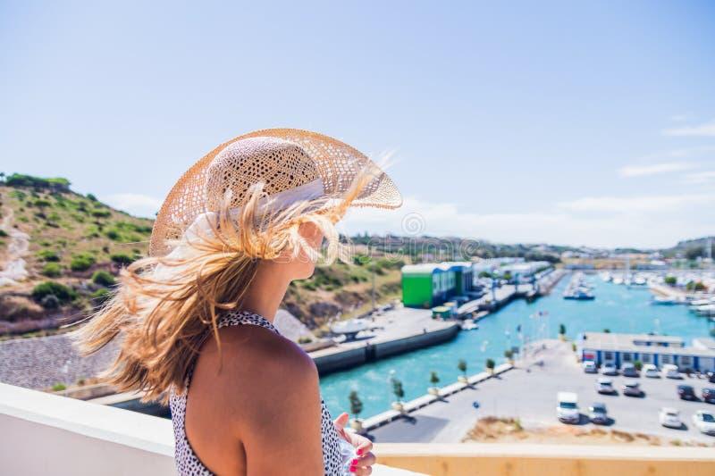 Mulher que está no ponto de vista sobre, o Porto de Abrigo de Albufeira, baía de Albufeira em Albufeira, Portugal imagens de stock royalty free