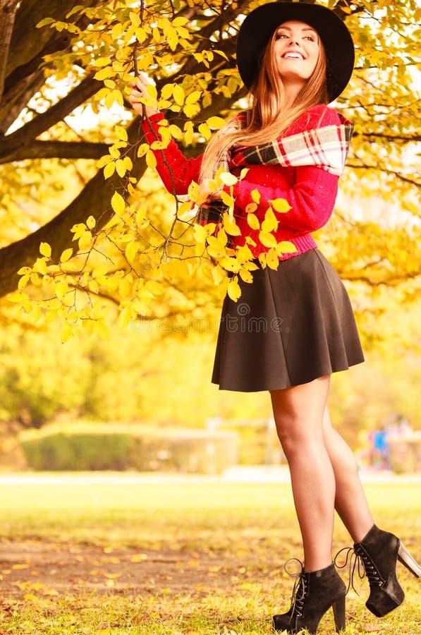 Mulher que está pela árvore fotos de stock royalty free