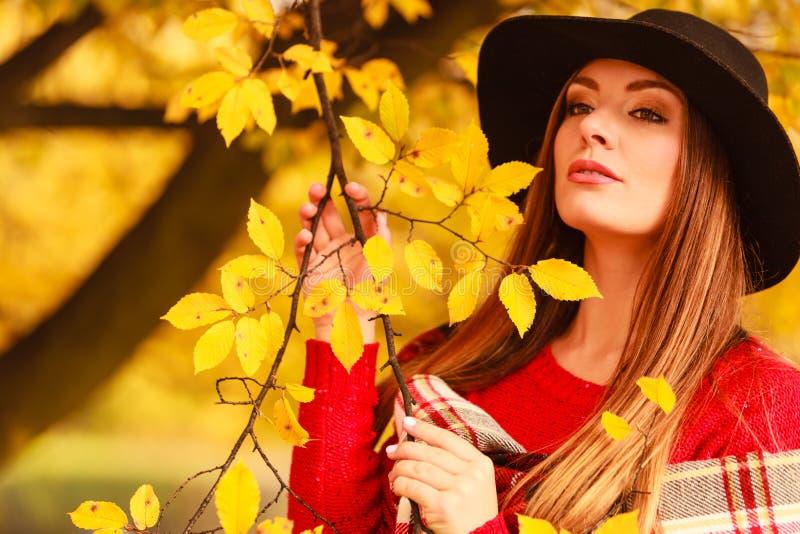 Mulher que está pela árvore foto de stock royalty free