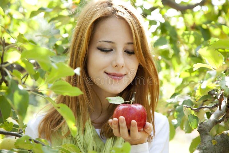 Mulher que está perto da árvore de maçã. fotos de stock