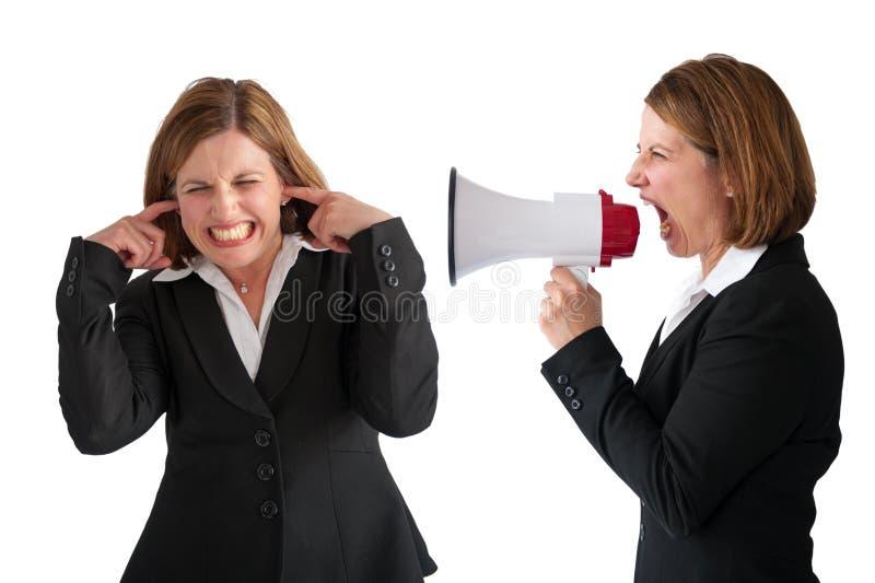 Mulher que está sendo gritada pelo gerente fêmea foto de stock