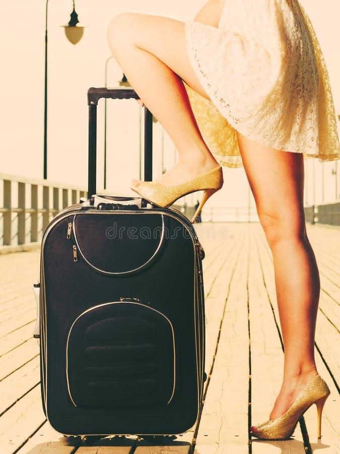 Mulher que está um pé na mala de viagem, verão fotos de stock