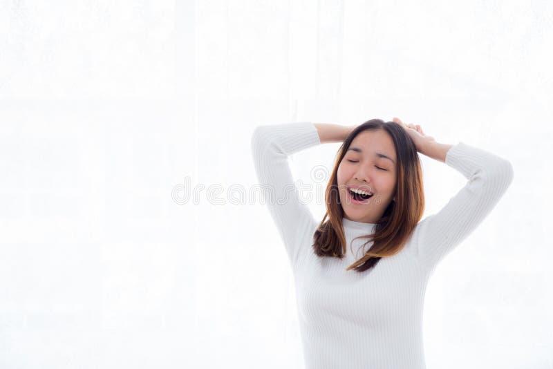 a mulher que estica na cama após acorda na manhã foto de stock
