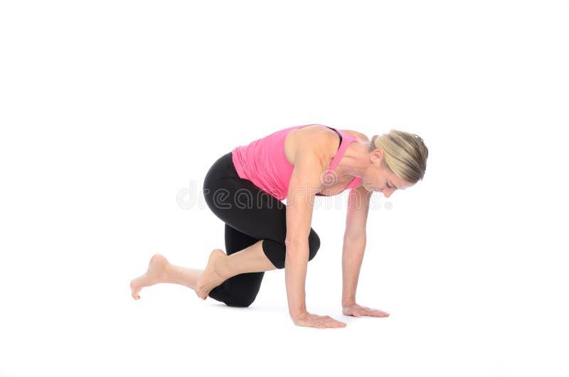 Mulher que executa exercícios do músculo abdominal foto de stock
