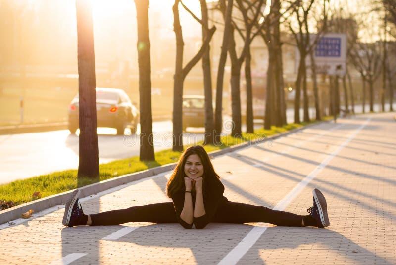 Mulher que exercita ao ar livre fotos de stock