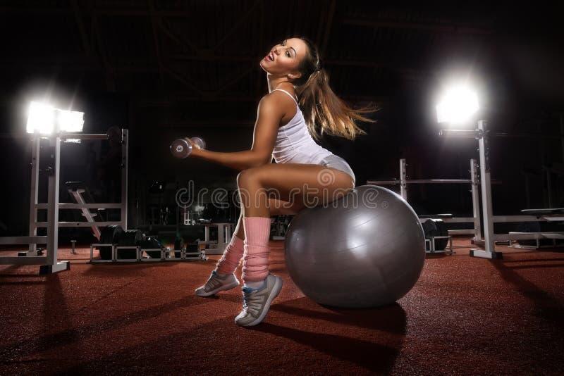 Mulher que exercita a bola de Pilates fotos de stock