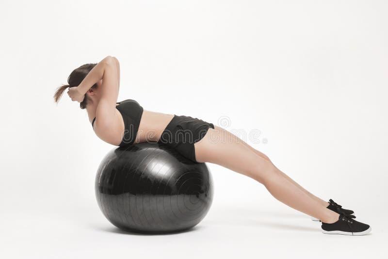 Mulher que exercita com esfera da aptidão imagens de stock royalty free