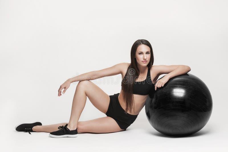 Mulher que exercita com esfera da aptidão foto de stock