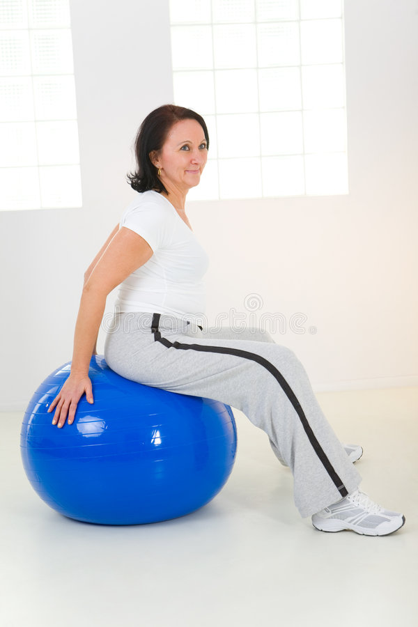 Mulher que exercita com esfera da aptidão imagens de stock