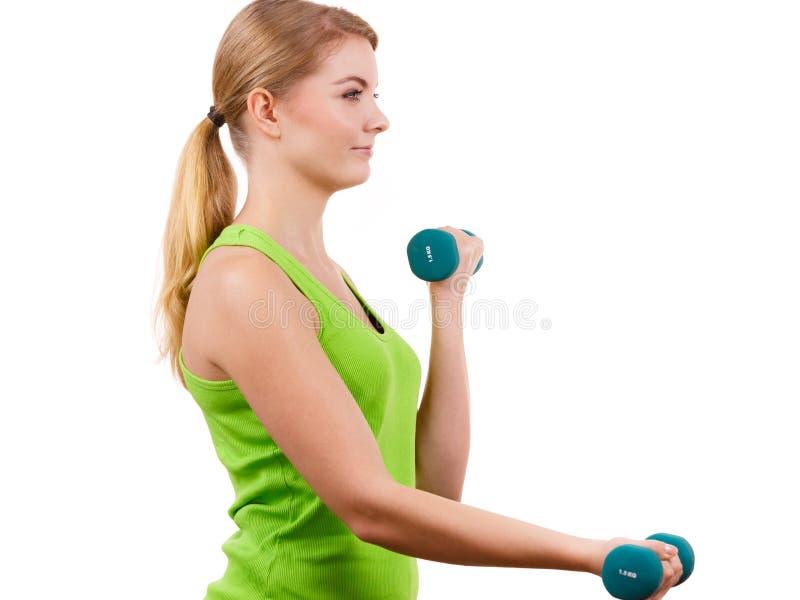 Mulher que exercita com levantar peso dos pesos imagens de stock royalty free