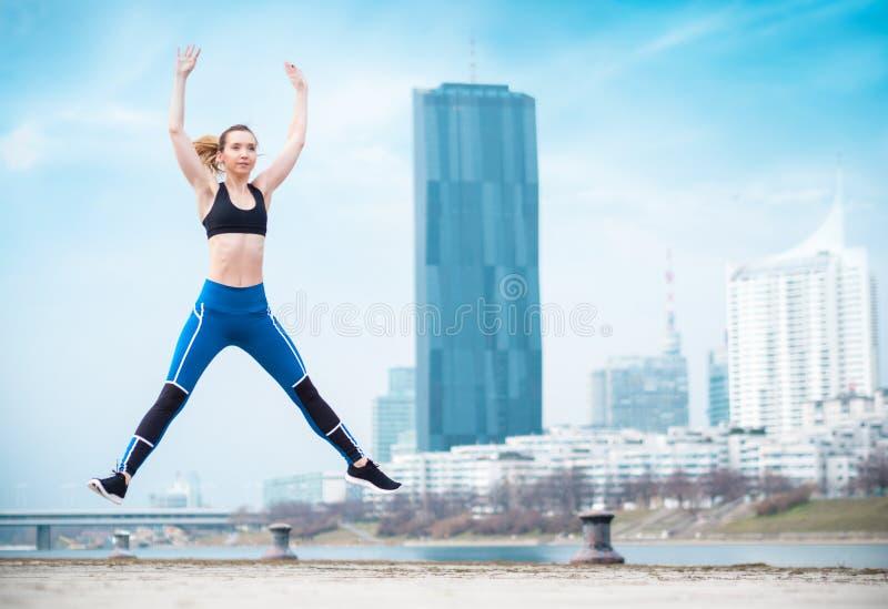 Mulher que exercita, corpo completo do atleta do comprimento imagens de stock royalty free