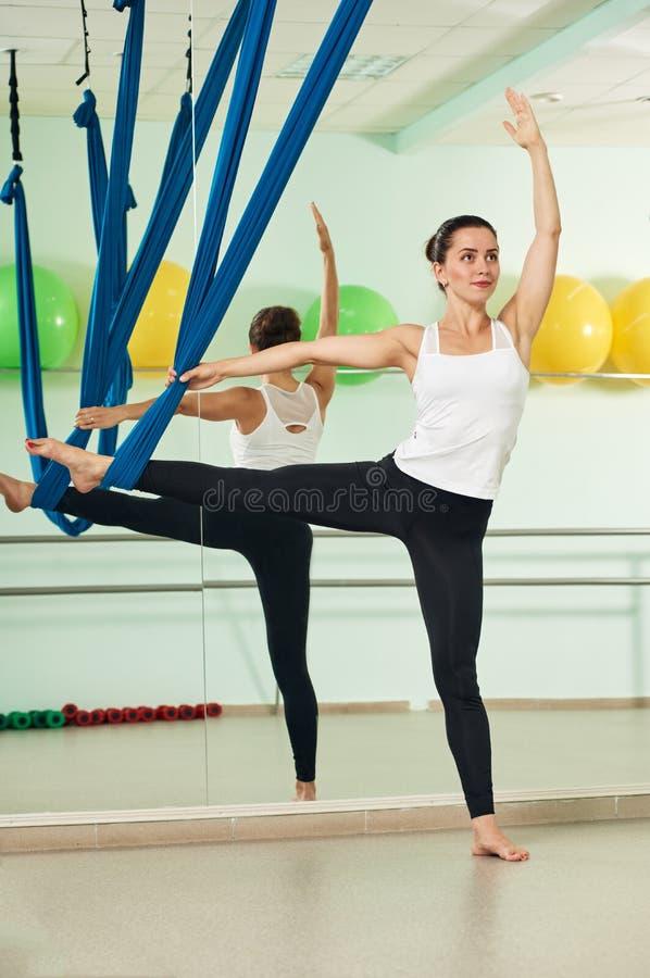 Mulher que exercita a ioga antigravitante imagem de stock royalty free