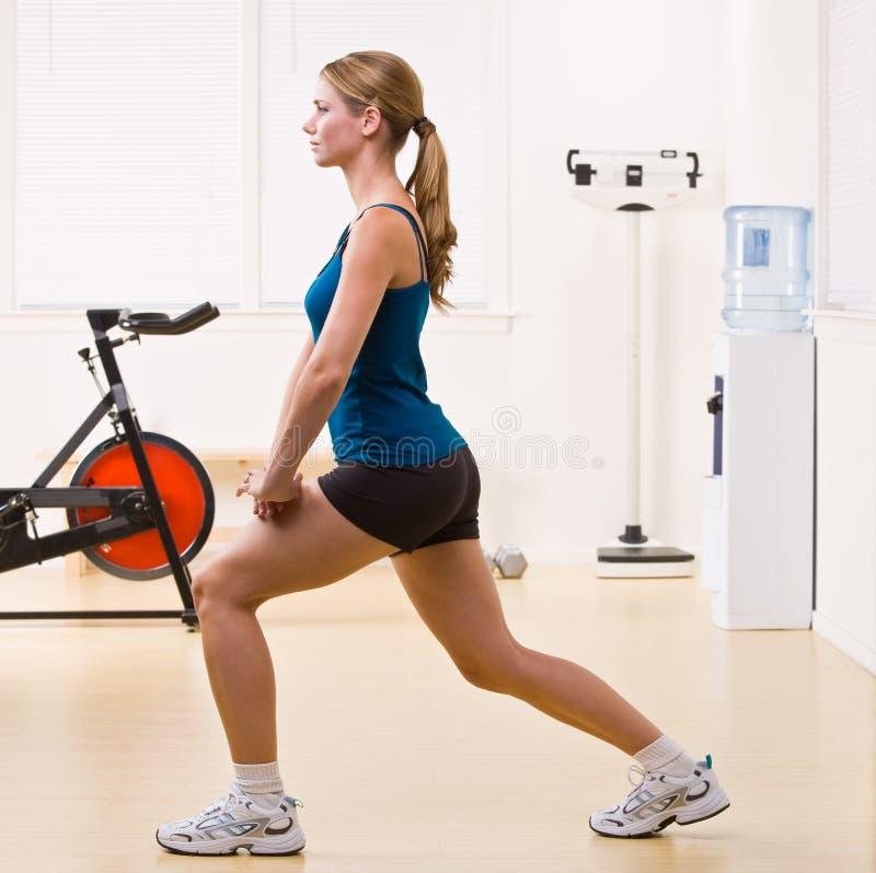 Mulher que exercita no clube de saúde imagens de stock royalty free