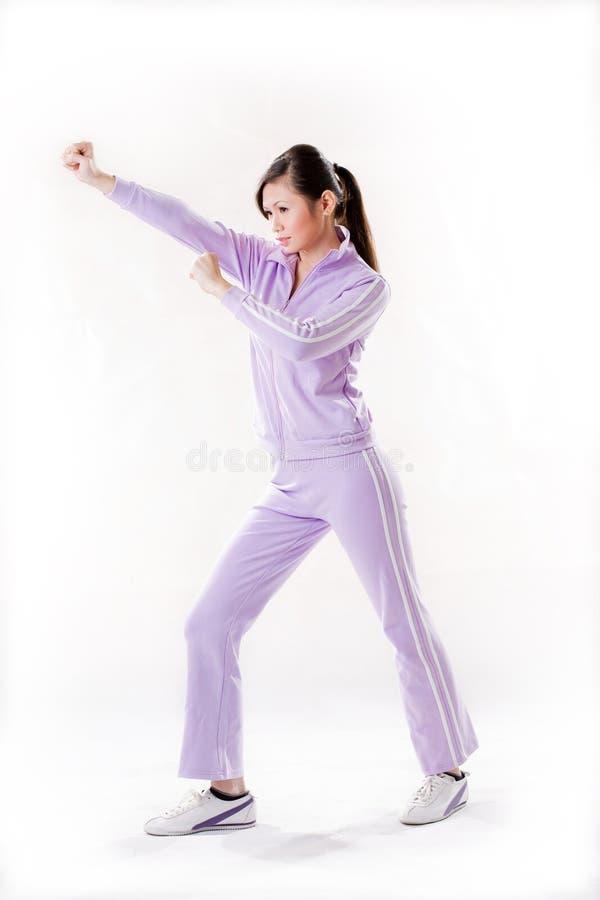Mulher que exercita no estilo de Kung Fu fotografia de stock
