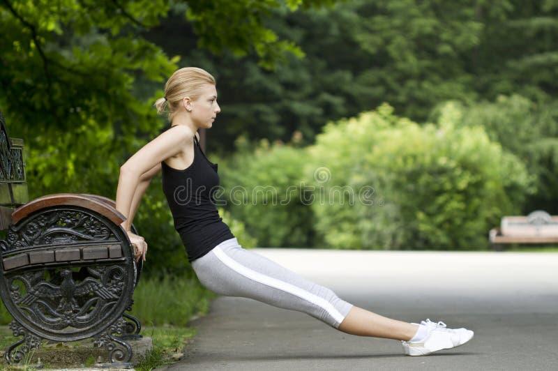 Mulher que exercita no parque imagem de stock