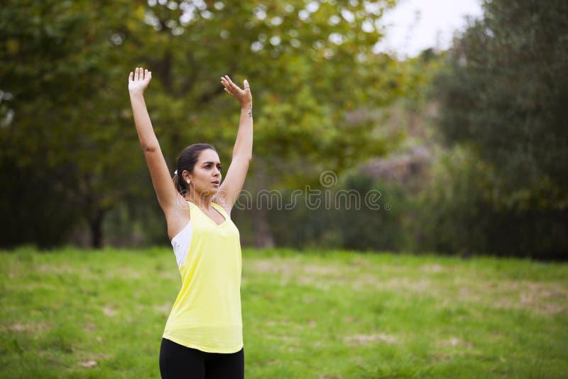 Mulher que exercita no parque fotos de stock royalty free