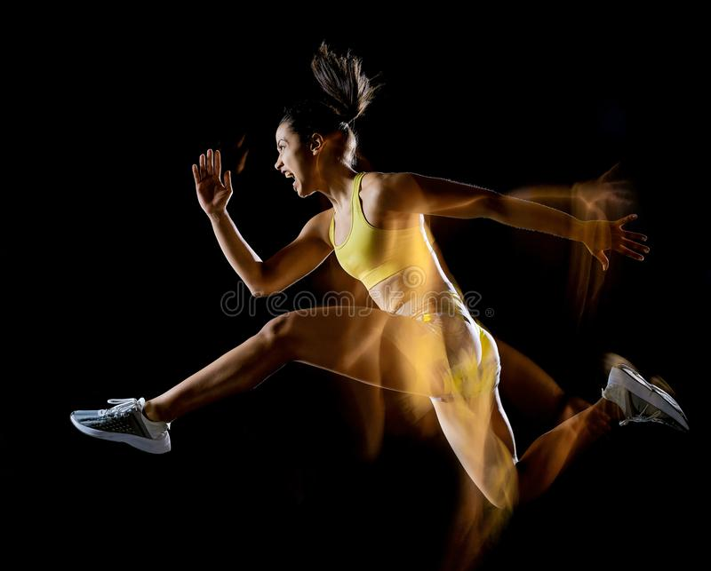 Mulher que exercita o efeito lightpainting isolado exercícios do fundo preto da aptidão fotos de stock