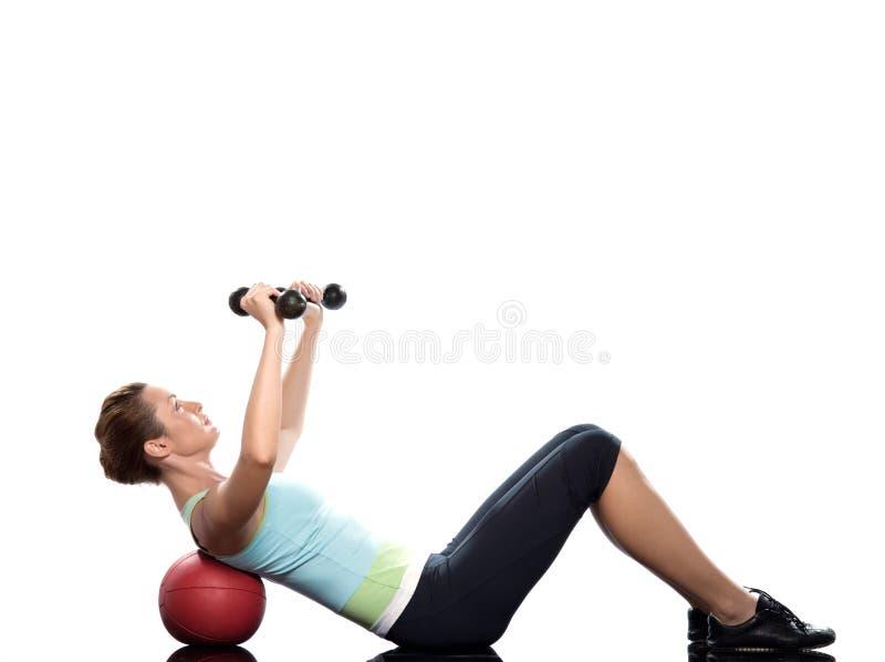 Mulher que exercita o treinamento abdominal do peso do exercício imagens de stock