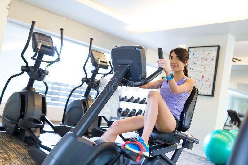 Mulher que exercita os pés que fazem o cardio- treinamento na bicicleta fotos de stock royalty free