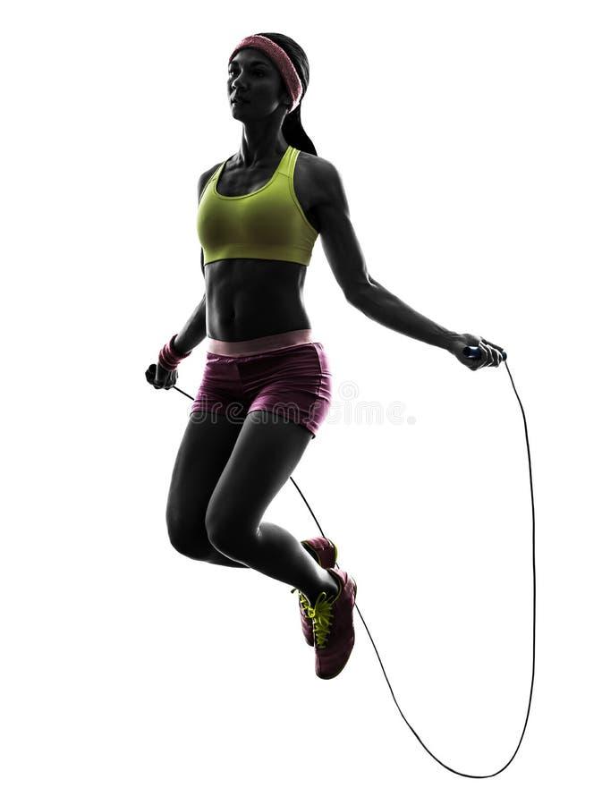 Mulher que exercita a silhueta da corda de salto da aptidão foto de stock