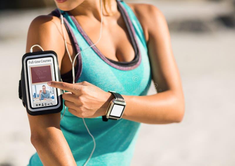 Mulher que exercita usando um telefone com informação do ensino eletrónico na tela ilustração royalty free