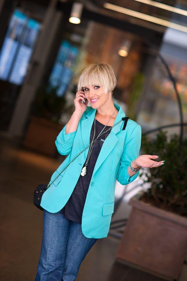 Mulher que fala ao telefone móvel foto de stock royalty free