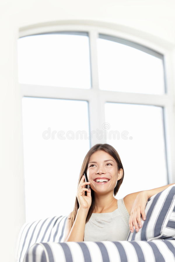 Mulher que fala no telefone foto de stock royalty free
