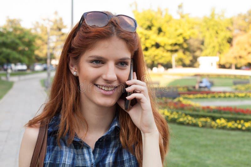 Mulher que fala no telefone imagens de stock royalty free