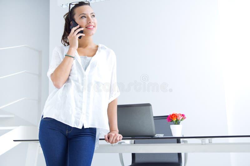 Mulher que fala no telefone celular
