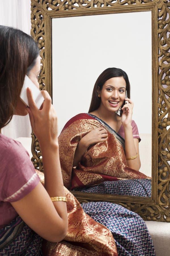 Mulher que fala no telefone celular fotos de stock