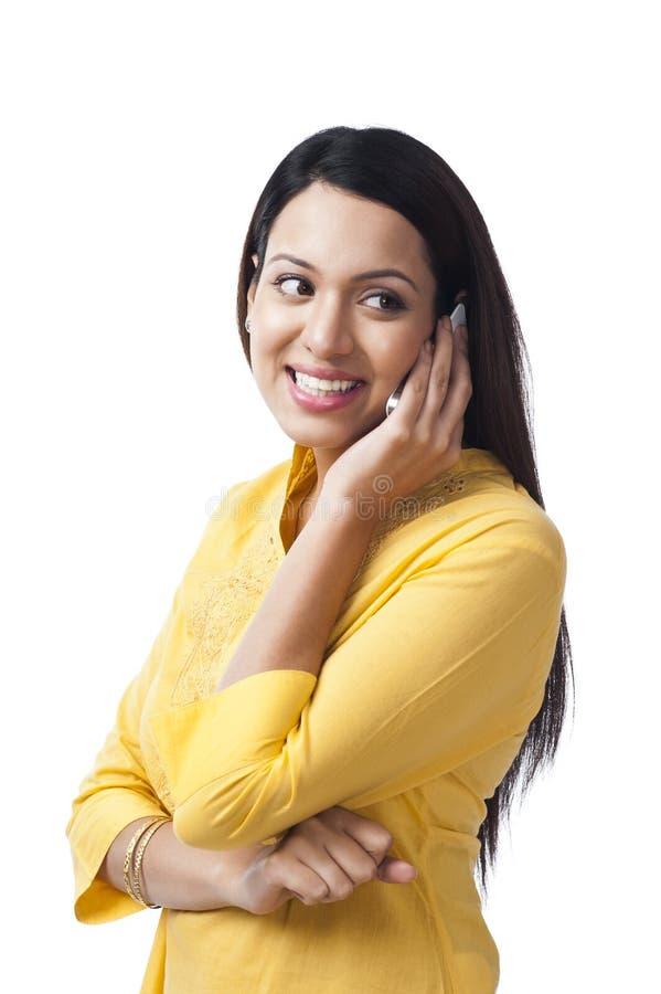 Mulher que fala no telefone celular foto de stock