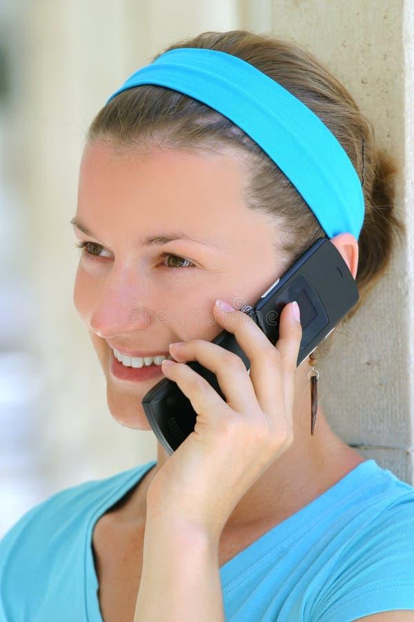 Mulher que fala no telefone móvel imagens de stock royalty free