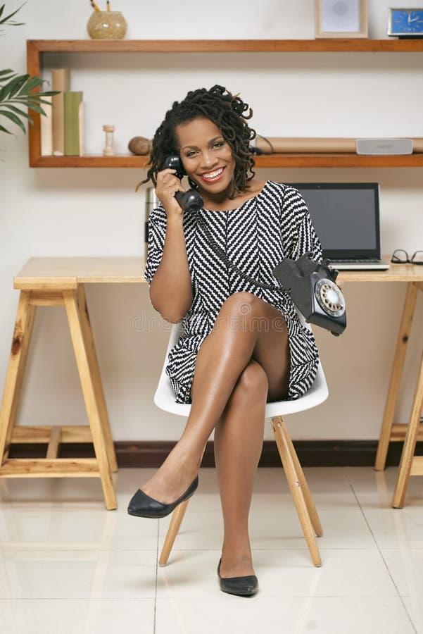 Mulher que fala no telefone retro imagens de stock royalty free