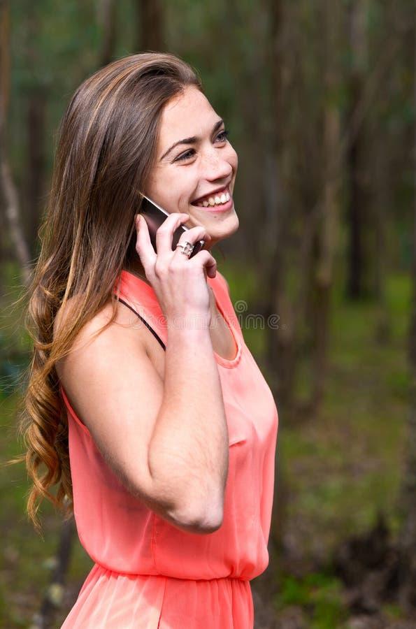 Mulher que fala o telefone móvel imagem de stock royalty free