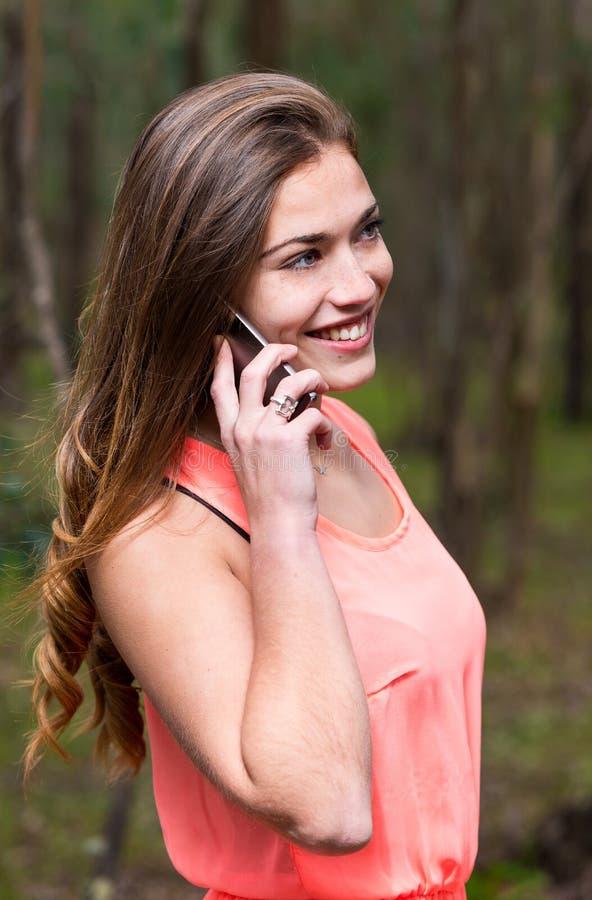Mulher que fala o telefone móvel fotos de stock royalty free