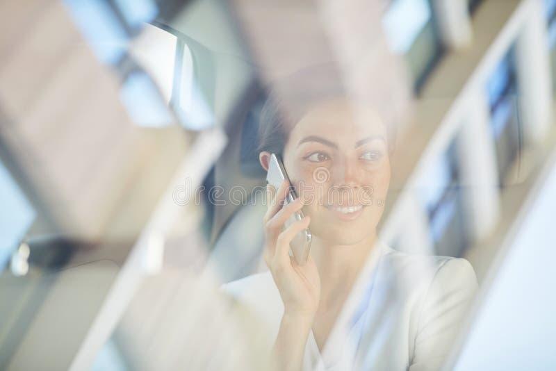 Mulher que fala pelo telefone no passeio do táxi fotografia de stock