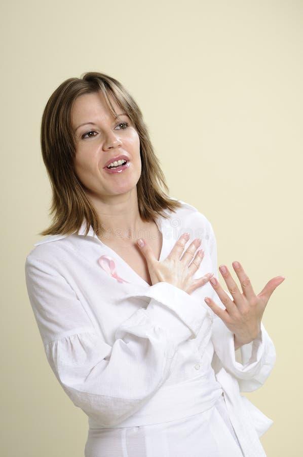 Mulher que fala sobre o cancro da mama fotos de stock