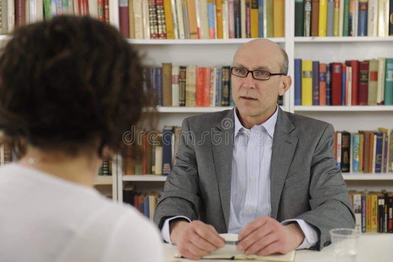 Mulher que fala a um consultante ou a um advogado imagens de stock royalty free