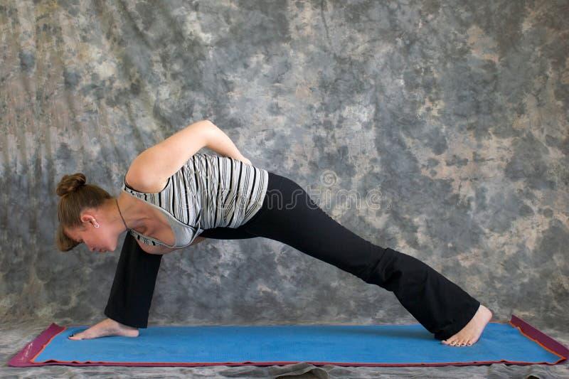 Mulher que faz ângulo lateral prolongado da postura da ioga imagem de stock royalty free