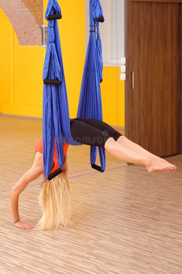 Mulher que faz a anti ioga da antena da gravidade fotografia de stock