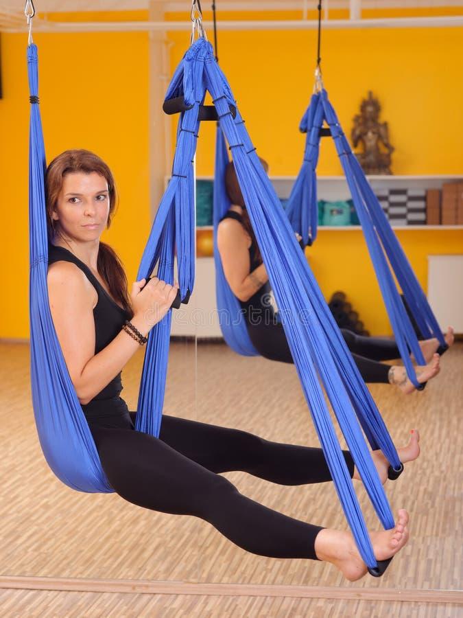 Mulher que faz a anti ioga da antena da gravidade foto de stock
