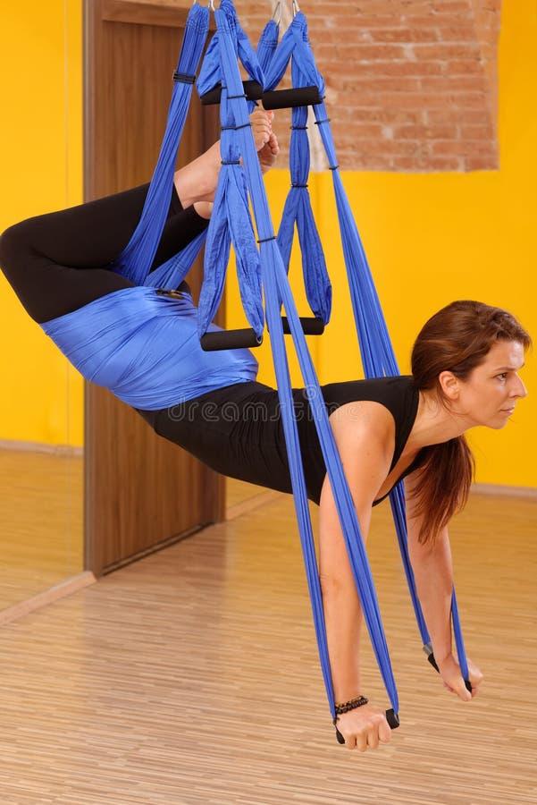 Mulher que faz a anti ioga da antena da gravidade imagem de stock royalty free