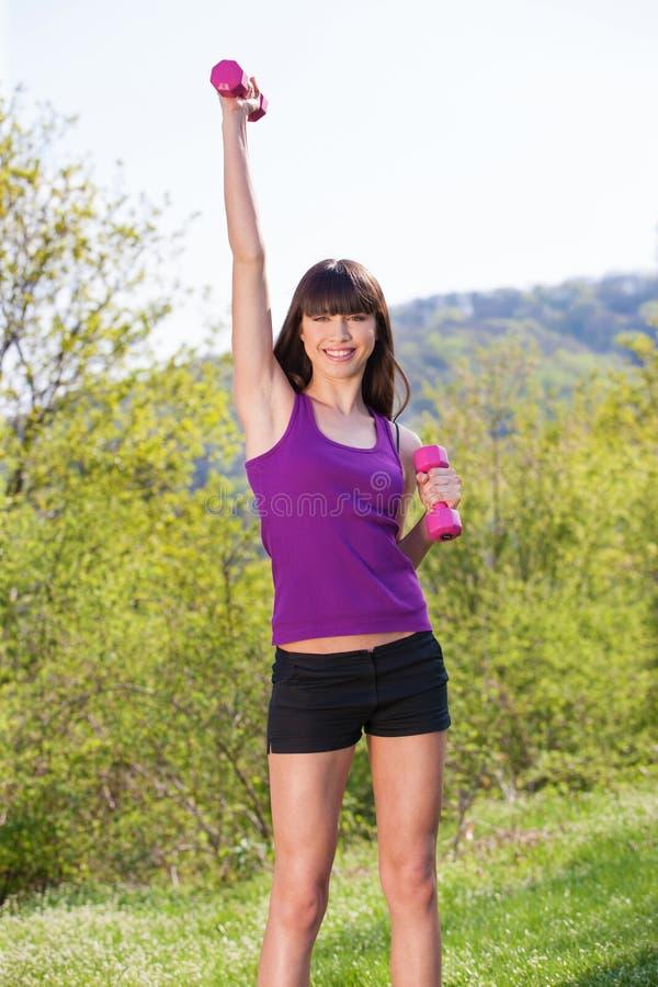 A mulher que faz a aptidão exercita fora fotos de stock