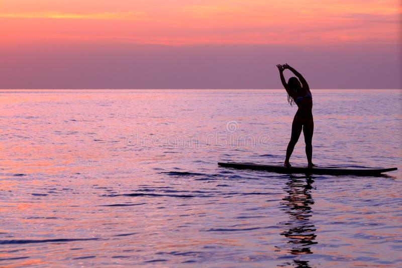 Mulher que faz asanas da ioga fotografia de stock