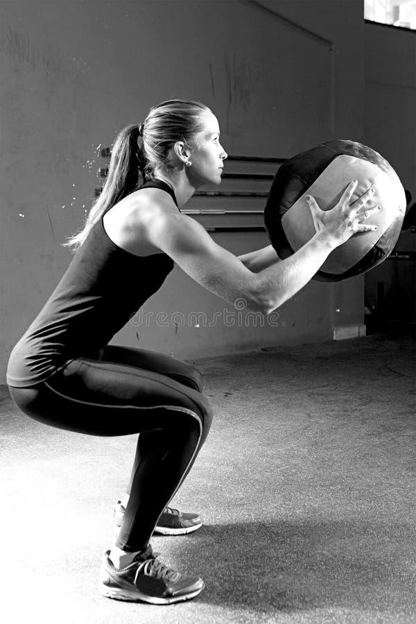 A mulher que faz a bola bate o exercício - exercício do crossfit fotografia de stock