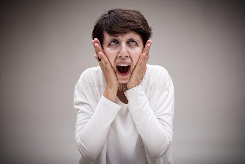 Mulher que faz a cara do ícone do grito fotos de stock royalty free