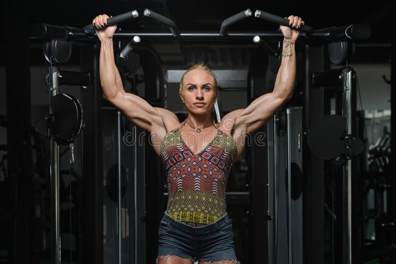 Mulher que faz Chin Ups Workout For Back fotos de stock