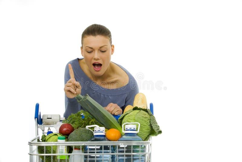 Mulher que faz compras na mercearia fotografia de stock
