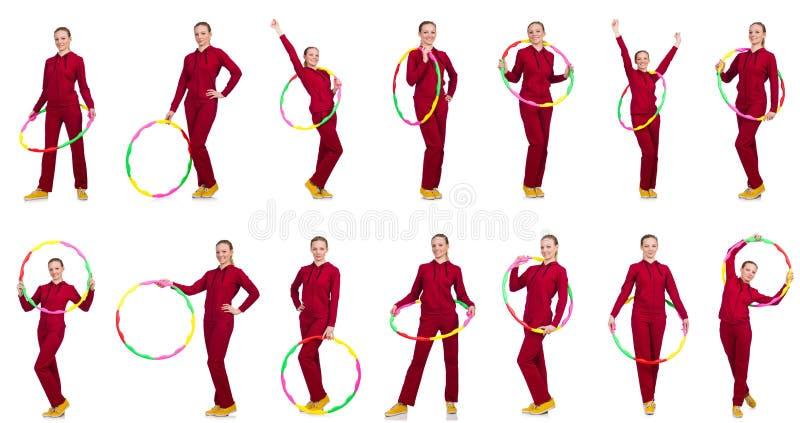 A mulher que faz exercícios com aro do hula fotografia de stock royalty free