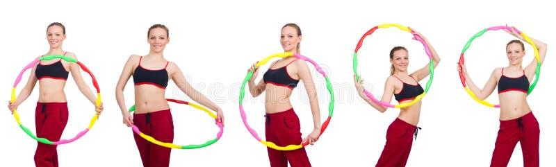 A mulher que faz exercícios com aro do hula imagens de stock royalty free